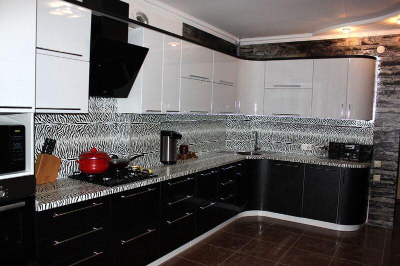 Черная кухня с белым низом