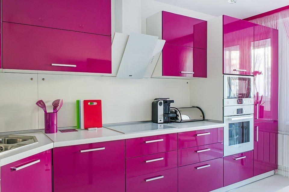 Дизайн кухни с розовым гарнитуром