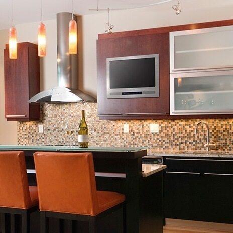 Кухня с большим телевизором фото
